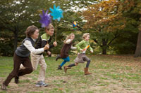 かざぐるまを持ち走る少年少女4人 24024000364| 写真素材・ストックフォト・画像・イラスト素材|アマナイメージズ