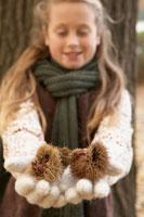 毬栗を持つ少女 24024000370| 写真素材・ストックフォト・画像・イラスト素材|アマナイメージズ