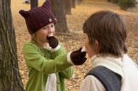 マシュマロを食べさせ合う少年少女2人 24024000372| 写真素材・ストックフォト・画像・イラスト素材|アマナイメージズ