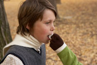 マシュマロを食べる少年
