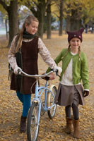 自転車をひく少女2人