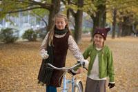 自転車をひく少女2人 24024000382| 写真素材・ストックフォト・画像・イラスト素材|アマナイメージズ
