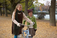 自転車をひく少女2人 24024000384B| 写真素材・ストックフォト・画像・イラスト素材|アマナイメージズ
