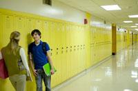 廊下で話す2人の学生 24025000007| 写真素材・ストックフォト・画像・イラスト素材|アマナイメージズ