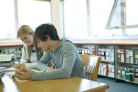 図書館で勉強する学生男女