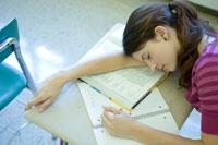 教室で昼寝している女子学生