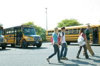 バスの前を歩く学生達
