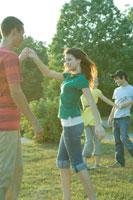 ダンスする男女学生
