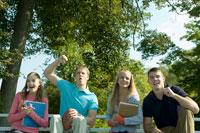 スポーツ観戦する男女学生4人