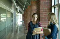廊下でおしゃべりする女子学生 24025000139| 写真素材・ストックフォト・画像・イラスト素材|アマナイメージズ
