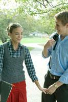 女子学生の手をひく男子学生 24025000158| 写真素材・ストックフォト・画像・イラスト素材|アマナイメージズ