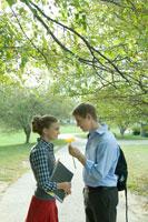 女子学生に花をあげる男子学生 24025000159| 写真素材・ストックフォト・画像・イラスト素材|アマナイメージズ
