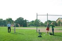 芝生の運動場で戯れる学生達