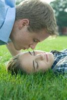 キスをしようとする男子学生 24025000165| 写真素材・ストックフォト・画像・イラスト素材|アマナイメージズ