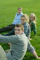 芝生でくつろぐ学生達