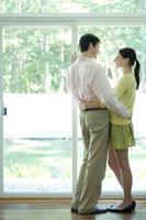 窓際で抱き合うカップル