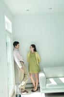 壁際で話をするカップル