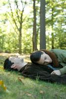 芝生に寝転ぶカップル 24025000258| 写真素材・ストックフォト・画像・イラスト素材|アマナイメージズ