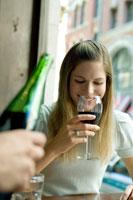 ワインをテイスティングする女性