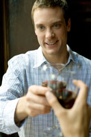 ワインで乾杯をする男性