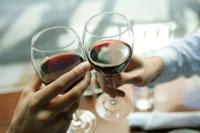 ワインで乾杯する手元