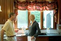 キッチンで談笑するシニアカップル