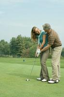 ゴルフをするシニアカップル 24025000483| 写真素材・ストックフォト・画像・イラスト素材|アマナイメージズ