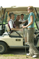 ゴルフカートに乗るシニアカップル2組 24025000505| 写真素材・ストックフォト・画像・イラスト素材|アマナイメージズ