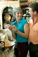 ハロウィンショップで微笑み合うシニアカップル 24025000514  写真素材・ストックフォト・画像・イラスト素材 アマナイメージズ