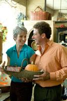 ハロウィンショップで微笑み合うシニアカップル 24025000515  写真素材・ストックフォト・画像・イラスト素材 アマナイメージズ