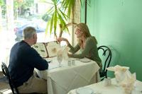 レストランでメニューを見るシニアカップル