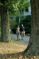 木立の中を歩くシニアカップル