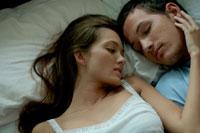 ベッドで転寝するカップル