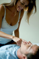 ベッドの上で男性の唇に指をあてる女性 24025000579| 写真素材・ストックフォト・画像・イラスト素材|アマナイメージズ