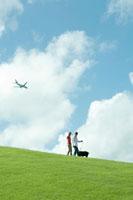公園で犬と散歩するカップル
