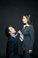 上司にネクタイを捕まれるビジネスマン