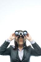 双眼鏡で遠くを眺めるビジネスウーマン 24025000871| 写真素材・ストックフォト・画像・イラスト素材|アマナイメージズ
