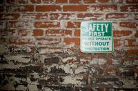 安全第一と書かれた看板 24025000902| 写真素材・ストックフォト・画像・イラスト素材|アマナイメージズ