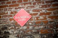 溝あり危険と書かれた看板 24025000903| 写真素材・ストックフォト・画像・イラスト素材|アマナイメージズ