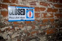 閉店と書かれた看板 24025000904| 写真素材・ストックフォト・画像・イラスト素材|アマナイメージズ