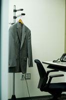 オフィスのハンガーラックに掛けられたスーツ 24025000908| 写真素材・ストックフォト・画像・イラスト素材|アマナイメージズ