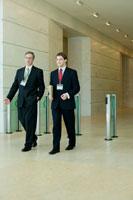 オフィスのセキュリティゲートを通るビジネスマン