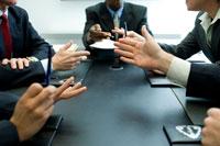 会議室で議論するビジネスマン