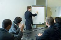 会議室でプレゼンテーションをするビジネスマン
