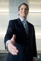 握手を求めるビジネスマン