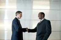 オフィスで握手をするビジネスマン 24025000984  写真素材・ストックフォト・画像・イラスト素材 アマナイメージズ