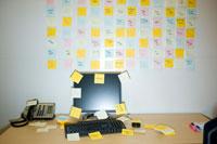 メモが壁一面に貼られたオフィス 24025000985| 写真素材・ストックフォト・画像・イラスト素材|アマナイメージズ
