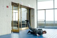 オフィスの入口で床に転ぶビジネスマン