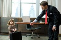 オフィスで父親の鞄を運ぶ娘 24025001038| 写真素材・ストックフォト・画像・イラスト素材|アマナイメージズ