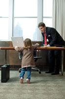 父親のオフィスで遊ぶ娘 24025001039| 写真素材・ストックフォト・画像・イラスト素材|アマナイメージズ